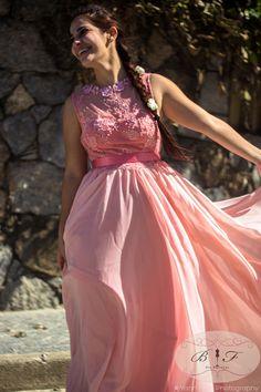 Madrinha / vestido de festa salmon com bordados e renda muito elegante para um casamento diurno