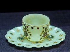 Cup_jade_India_Louvre_ La production d'objets de jade et de pierre dure ne commença pourtant que plus tard, sous le règne de Jahângîr, pour s'épanouir sous ceux de Shah Jahân et Awrangzeb. fréquemment inscrits sur les objets, tout comme leur poids. Le jade, c'est-à-dire une sorte de néphrite dont la couleur varie du blanc au noir en passant par toutes sortes de vert n'est pas la seule pierre utilisée : les souverains moghols et leur cour sont aussi friands d'agate et de cristal de roche
