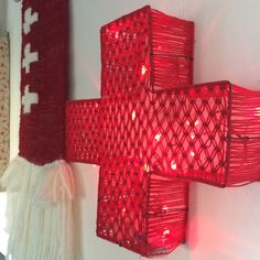Large bright red cross in macramé de la boutique Debeauxsouvenirs sur Etsy