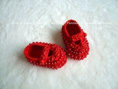 Sapatinho de Crochê Primavera Vermelha  Encomendas personalizadas whatsapp 62 98146.4188 email artelinharj@gmail.com Instagram: @croche_artelinha www.elo7.com.br/crocheartelinha