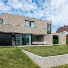 Inspiration Friday – the beautiful Beerse Rustical Oud Laethem bricks.  #inspiratiobywienerberger #claybrick #brickinspiration #rusticalbricks #bricklovers Bricks, Buildings, Garage Doors, Friday, Houses, Mansions, House Styles, Outdoor Decor, Inspiration