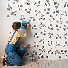 DIY Starbust 'Wallpaper' from Stamp Stencil Paint Design*Sponge Wallpaper - Her Şey Boyanabilir mi? DIY wall stencil idea that looks like wallpaper In green for the garden wall Your home for all things Design. Home Tours, DIY Project, City Guides, Sh Wallpaper Ceiling, Wallpaper Stencil, Office Wallpaper, Bold Wallpaper, Spotted Wallpaper, Adhesive Wallpaper, Painting Wallpaper, Stencil Walls, Wall Stenciling