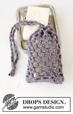 Crocheted soap bag or tawashi in DROPS Paris with lace pattern. The piece is worked bottom up. Crochet Sachet, Crochet Dishcloths, Diy Crochet, Drops Design, Drops Paris, Crochet Gratis, Crochet Projects, Crochet Patterns, Couture