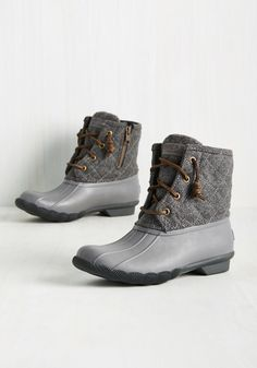 Ankle boats outfit fall casual minimal classic ideas for 2019 Sock Shoes, Cute Shoes, Me Too Shoes, Duck Boots Outfit, Rain Boots, Shoe Boots, Flat Boots, Bootie Boots, Sperry Duck Boots