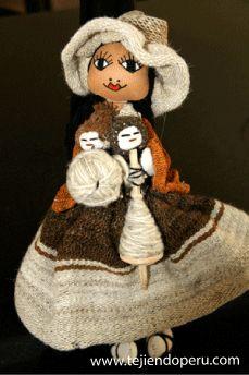 Muñequita vestida con telas tejidas en telar hecha por artesanos cusqueños (Cusco, Perú)