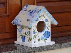 Casinha de passarinho em madeira nas cores branca e azul decorada por tecido 100% algodão impermeabilizado em delicada padronagem floral e a...