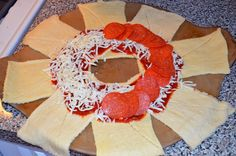 Kiss My Apron: Pizza Ring. Maybe try with pizza crust instead? Was good, but not too impressive with crescents Crescent Roll Pizza Ring, Crescent Roll Recipes, Crescent Rolls, Crescent Ring, Crescent Dough, Empanadas, Pizza Recipes, Cooking Recipes, Vegetarian Recipes