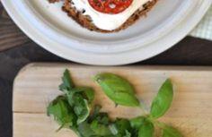 <p>Skład: 1-2 kromki ciemnego pieczywa 1 duży pomidor lub 2-3 pomidorki koktajlowe ser włoski Ricotta 1 łyżeczka musztardy 1 ząbek czosnku 1 łyżeczka suszonej bazyli 1 łyżka, pokrojonej świeżej pietruszki 3 listki, posiekanej świeżej bazyli sól i pieprz A oto jak to zrobić: 1. Pomidory kroimy w połówki, posypujemy suszonymi ziołami, doprawiamy solą i pieprzem […]</p>