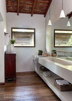 Banheiro com bancada de alvenaria (0,60 x 4 m) e janela máximo-ar de tatajuba. Projeto do escritório Vida de Vila.