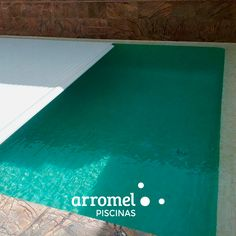 Evita que la lluvia y el invierno ensucien el agua de tu piscina. Instala una cubierta como ésta en tu piscina y añade, además, un plus de seguridad para tu familia 😉