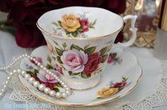 Royal Albert floral y platillo teacup, c. 1960-1970