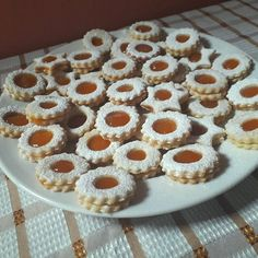 Linzer, a gyerekek nagy kedvence, bár mi is örömmel faljuk! Linzer Cookies, Lorraine, Doughnut, Muffin, Breakfast, Food, Minden, Salads, Cakes