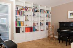 Eine Bibliothek in weiss mit Rahmenfronten, kombiniert mit den weissen Fenstern und dem Fischgrätenboden, wirken im Gesamtbild sehr harmonisch. Ein klassischer und vor allem zeitloser Stil, mit dem man ewig Freude haben wird. Shelving, Modern, Bookcase, The Unit, Home Decor, Glee, Frame, House, Shelves