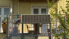 Sonnenstrom einfach selbst produzieren, das können nicht nur Hausbesitzer mit einem großen Dach. Auch auf dem Balkon einer Mietwohnung lassen sich Solarzellen installieren. Ob sich solche Mini-Module wirklich lohnen, rechnet n-tv vor. Solar, Mini, Outdoor Decor, House, Home Decor, Rooftop Terrace, Balcony, Electronic Outlet, Simple