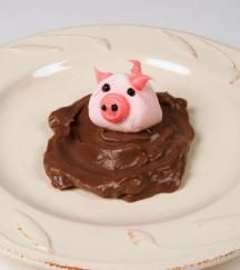 Piggy In The Mud Recipe - Chocolate pudding, large and small marshmallow. Black gel for eyes, nose. Pink icing for ears and tail. Edible Crafts, Food Crafts, Cute Food, Good Food, Yummy Food, Mud Recipe, Pudding Recipe, Enjoy Your Meal, Pig Roast