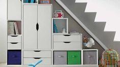 rangements sous escalier placards blancs tiroirs