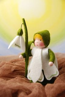 Snowdrops are made from crepe paper - instructions and ideas Waldorf Crafts, Waldorf Toys, Steiner Waldorf, Felt Crown, Felt Headband, Felt Fairy, Clothespin Dolls, Nature Table, Flower Fairies