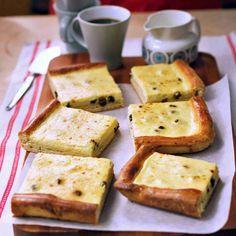 Perinteinen rahkapiirakka sulaa suuhun! Raikas rahkatäyte ja rusinainen pullataikina takaavat sen, että tämä rahkapiirakka häviää pelliltä nopeasti! Cornbread, Feta, French Toast, Food And Drink, Pudding, Cheese, Breakfast, Ethnic Recipes, Desserts