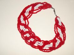 Collier tressé à quatre mèches rouge et blanc : Collier par blowing-in-the-wind