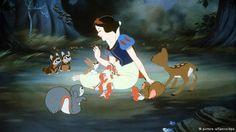 Snow White believes in being kind to all creatures. Original Disney Princesses, Non Disney Princesses, Snow White 1937, Snow White Seven Dwarfs, Disney Pixar, Disney Films, Walt Disney, Australia Movie, Snow White Photos