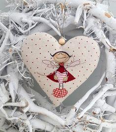 Süsses Herz mit einem applizierten Engelchen für Deine Weihnachtdeko. Aufhängeband: Band Größe ca. 14 x 14 cm Material: hochwertige Leinen,- Tilda- und Patchworkstoffe, Füllwatte, Nähgarn,...