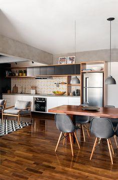 Cozinha aberta com detalhes de azulejos na parede