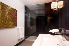 400 DOWD - Condos modernes au Quartier International Condos, Bathroom Lighting, Bathtub, Mirror, Interior, Furniture, Home Decor, Bathroom Light Fittings, Standing Bath