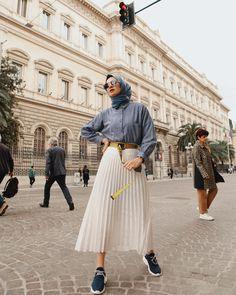 Bugünün son fotoğrafı 💙 Bu muhteşem şehirde son saatlerimiz, yarın rot… Today's last photo son Our last hours in this magnificent city, the route to another beautiful city of Italy tomorrow. Modern Hijab Fashion, Street Hijab Fashion, Hijab Fashion Inspiration, Muslim Fashion, Modest Fashion, Look Fashion, Fashion Outfits, Fashion Styles, Fashion Photo