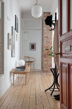 Entryway and Hallway Wall Decor from/at Scandinavian Interior Design Styling Scandinavian Apartment, Scandinavian Interior Design, Home Interior Design, Interior And Exterior, Hallway Inspiration, Decoration Inspiration, Interior Inspiration, Style At Home, Decoration Hall