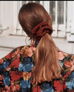 Chouchou Chloé 🙈 Brown corduroy 💋 It goes with our autumn outfits … burgundy, fir green, navy blue or rust … we are a fan of these colors 😍 Messy Hairstyles, Pretty Hairstyles, Style Hairstyle, Hairstyles 2018, Hair Inspo, Hair Inspiration, Corte Y Color, Aesthetic Hair, Simple Aesthetic
