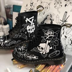Doc Martens have been in style for almost 60 years, discover what made them so popular. We also discuss how to wear them in style! Botas Dr Martens, White Doc Martens, Doc Martens Style, Doc Martens Outfit, Doc Martens Boots, Cute Shoes, On Shoes, Me Too Shoes, Black Shoes