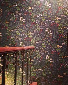Borås Tapeter wallpaper - Jubileum Flora   Encuéntralo en nuestra tienda PAPELES PINTADOS ARIBAU de Barcelona o en la web: www.papelespintadosaribau.com #decoracion #wallpaper #borastapeter