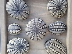 ... KURSUS ... - www.sten-for-alle.dk Pebble Painting, Dot Painting, Pebble Art, Stone Painting, Rock Painting Patterns, Rock Painting Ideas Easy, Rock Painting Designs, Stone Crafts, Rock Crafts