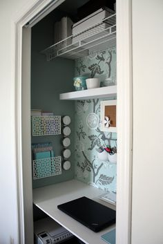 furniture for small spaces Closet office. I could really, really use this in my tiny bedroom! But then I would have nowhere to put my clothes. Home Office, Home Office Space, Closet Desk, Closet Office, Craft Room Office, Interior, Home Diy, Office Crafts, Small Closet