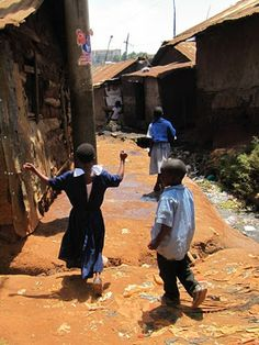 Kotina slummi. Nairobin Kiberassa lapset matkalla koulusta kotiin syömään