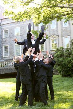 love this fun groomsmen photo :) | Mary Rosenbaum
