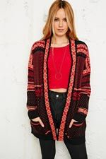 """Staring at Stars """"Cinco"""" Gemusterte Strickjacke in Rot bei Urban Outfitters"""