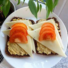 Zum Frühstück gibt es Eiweisstoasties die ich gestern bei Aldi entdeckt habe war so glücklich darüber denn die normalen Toasties esse ich nicht mehr und auf den üblichen Eiweissbrot hatte ich ebenfalls keine Lust drauf! direkt mal 2 Packungen mitgenommen für Zwischendurch wenn der Hunger auf Brot groß ist drauf gibt es Hummus von gestern Light Käse und Tomaten mit einer Knoblauchfahne gleich rauszugehen wird lustig . Kahvaltida Protein Tost ekmegi üzerinde Hummus Light Peynir ve Domates var…