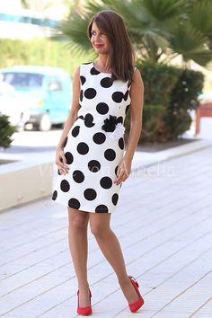 """Aquí tenéis el modelo """"Belinda"""" fondo blanco - lunar negro. Ideal el aire de las flores en la cintura. Van incluidas con el vestido. Muero por los lunares. ➡Tallas S, M, L y XL  ➡42,99€ #modaprimavera #modamujer #vitsteconamelia"""