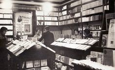 Carmen Conde, a la derecha, en la Librería Casaú. Febrero 1930.