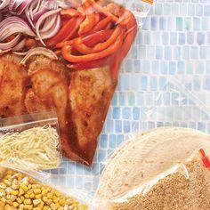 Recette de burritos au poulet à la mijoteuse—Cette recette peut se congeler avant cuisson dans des sacs hermétiques. Ainsi, le jour où le temps nous manque, on décongèle et hop, dans la mijoteuse! C'est la méthode du prep-freeze-cook.
