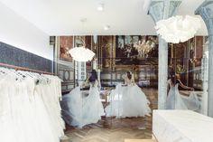 Réalisation d'une fresque murale en 10 panneaux Plexiglas de 6,5m par 3,5m pour la décoration intérieur de la boutique de mariage Fan' de Soie à Dijon.  Photo : Jonas Jacquel  Architecte : Paul Godart