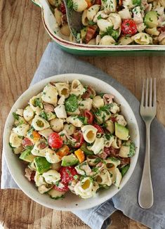 Pastasalat med kylling, bacon og avokado Pasta salad with chicken, bacon and avocado Avocado Recipes, Salad Recipes, Healthy Recipes, Avocado Food, Mexican Food Recipes, Ethnic Recipes, Dinner Is Served, Easy Food To Make, Food For A Crowd