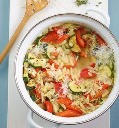 Gemüse-Nudel-Risotto: Viel Paprika, Zucchini und frischer Thymian machen Lust auf Sommer in Italien. Und das mit nur 365 kcal pro Portion.