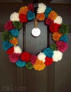 A pom pom wreath! Peacock Christmas Tree, Christmas Wreaths, Christmas Decorations, Wreath Crafts, Yarn Crafts, Cute Crafts, Diy And Crafts, Ideas Decoracion Navidad, Tshirt Garn