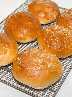 Look no further for the ultimate hamburger bun. These Homemade Hamburger Buns are not only quick and easy to make, but also light and fluffy, and perfect for any occasion. Bread Machine Hamburger Bun Recipe, Homemade Hamburger Buns, Homemade Breads, Best Bread Machine, Bread Machine Recipes, Bread Recipes, Sandwich Recipes, Cooking Recipes, Baked Hamburgers