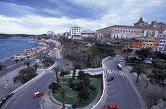 Menorca Hacia el sur de la isla de Menorca tenemos la localidad de Maó, capital de Menorca de gran influencia inglesa, debido a que en el siglo XVIII fue ocupada 3 veces. Se pueden observar casas al estilo georgianas, la mansión del almirante Nelson la inmensa y colorida villa colonial durante su colonización en la isla.