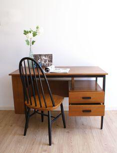 Houten vintage bureau met retro jaren 50/60 stoel (Tapiovaara/Pastoe?) | Toffe meubels | Flat Sheep