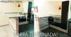 Barra desayunador en material, con mesada de marmol gris mara y muebles en melamina Masisa.