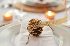 Decora la servilleta y presenta a los comensales con piñas doradas y un poco de cordón #ideas #decoracion #Navidad